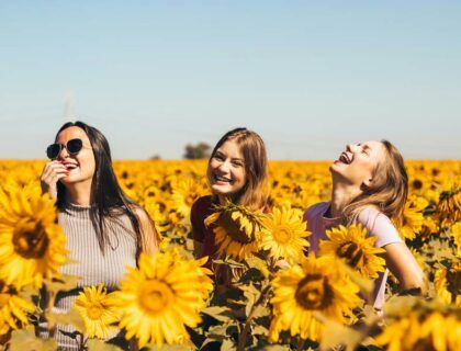 campo de girasoles mujeres felices