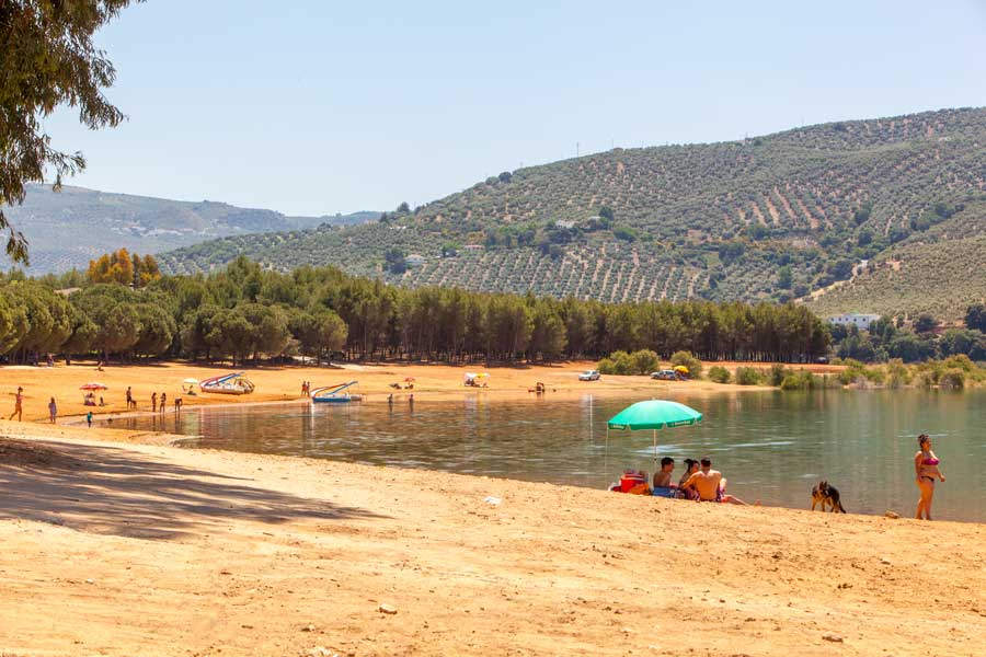 Playa del embalse de Iznajar.