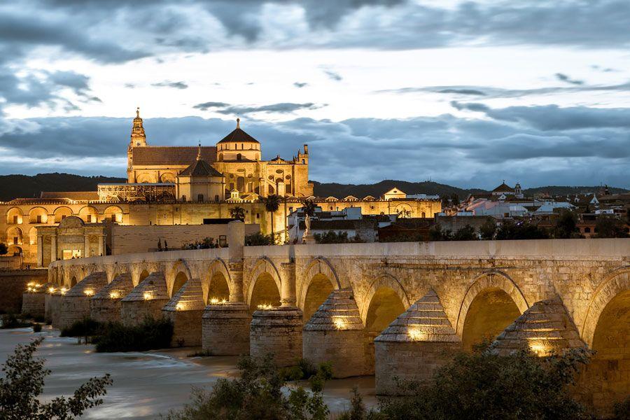 El Puente Romano de Córdoba al atardecer.