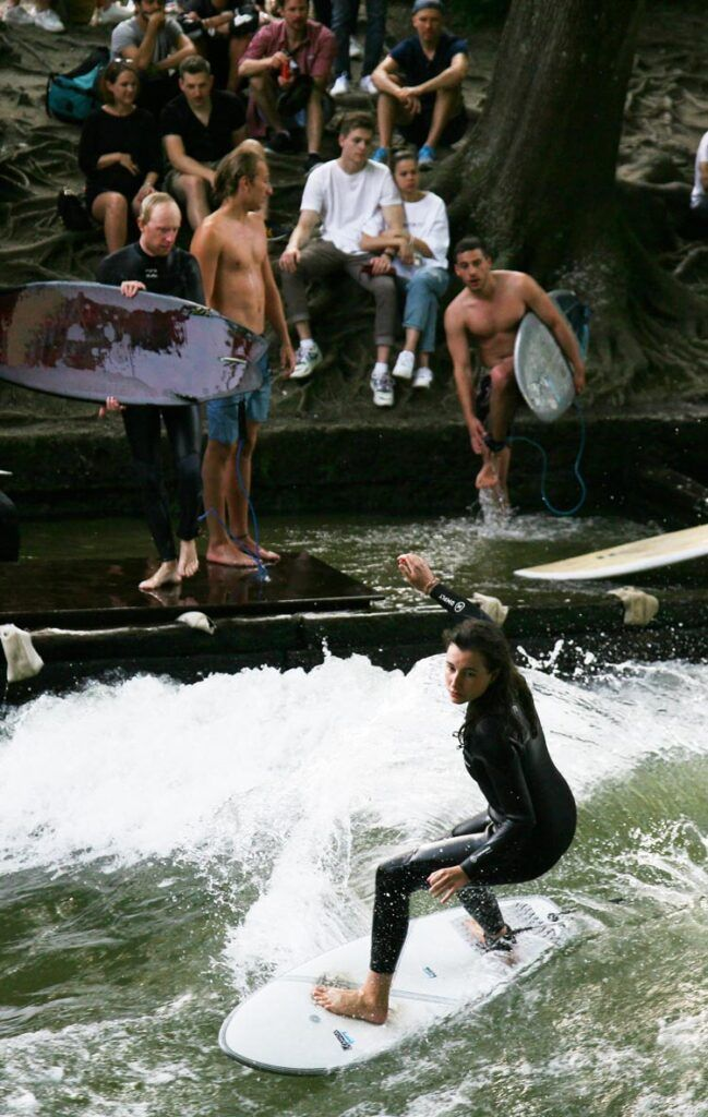 Surfeando en el Eisbach munich