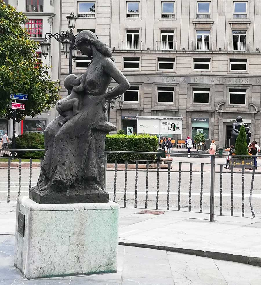 Estatua dedicada a la Maternidad.
