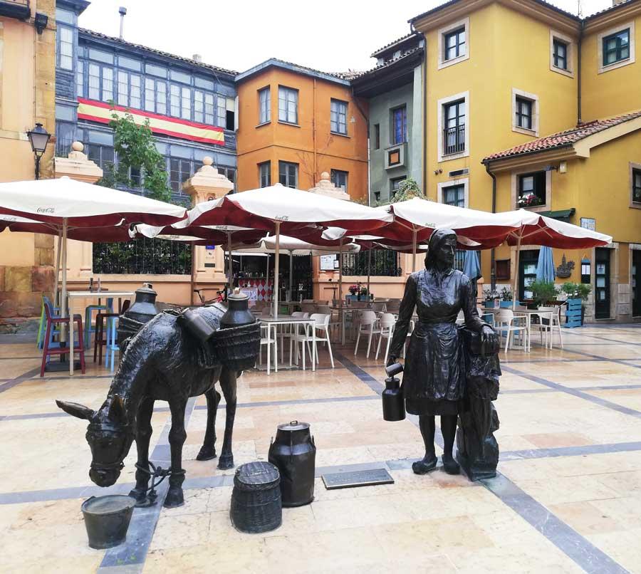 Estatua de La Lechera en la plaza de Trescorrales.