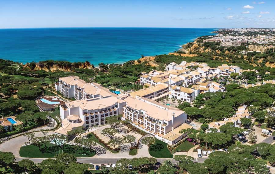 Vista general de parte del hotel Pine Cliffs Resort.