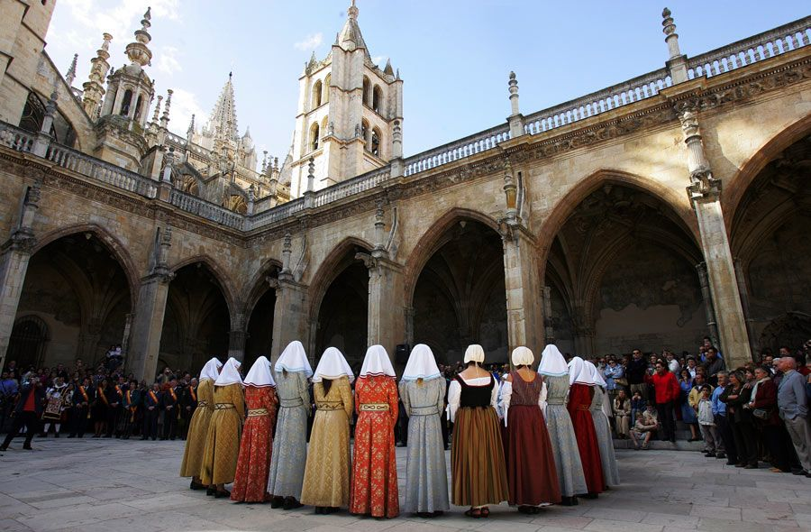 las cantaderas en claustro catedral leon