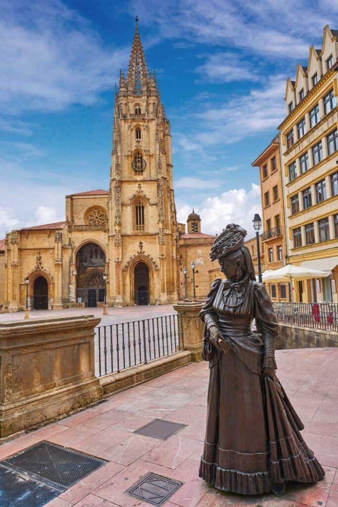 La estatua de La Regenta frente a la catedral.