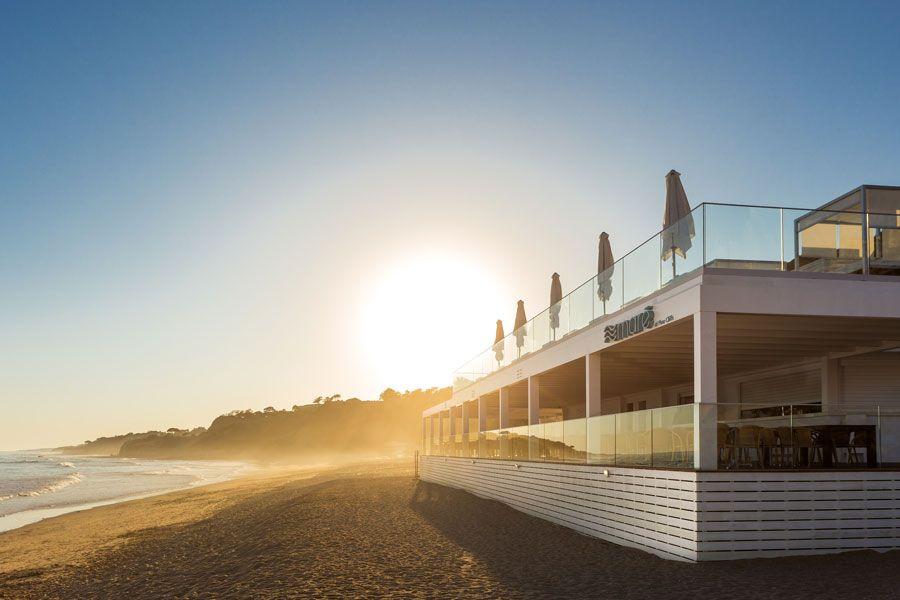 En restaurante Mare está situado en la playa.