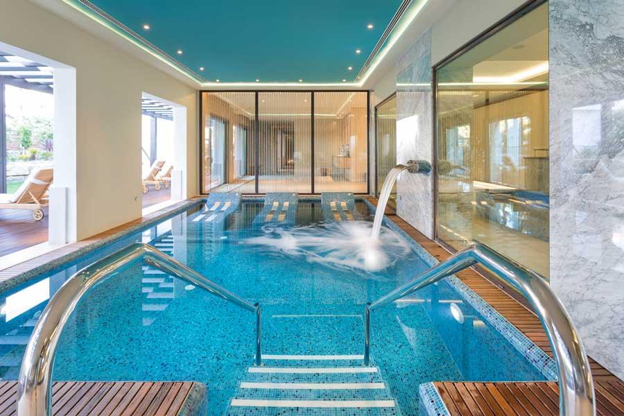 Piscina de hidroterapia del spa Serenity.