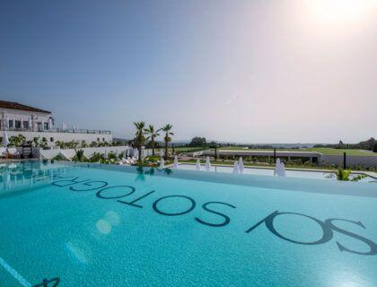 Una de las piscinas del hotel SO Sotogrande.