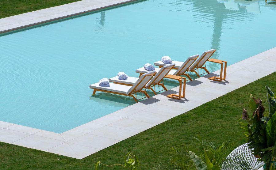Tombonas en una de las piscinas del hotel SO Sotogrande.