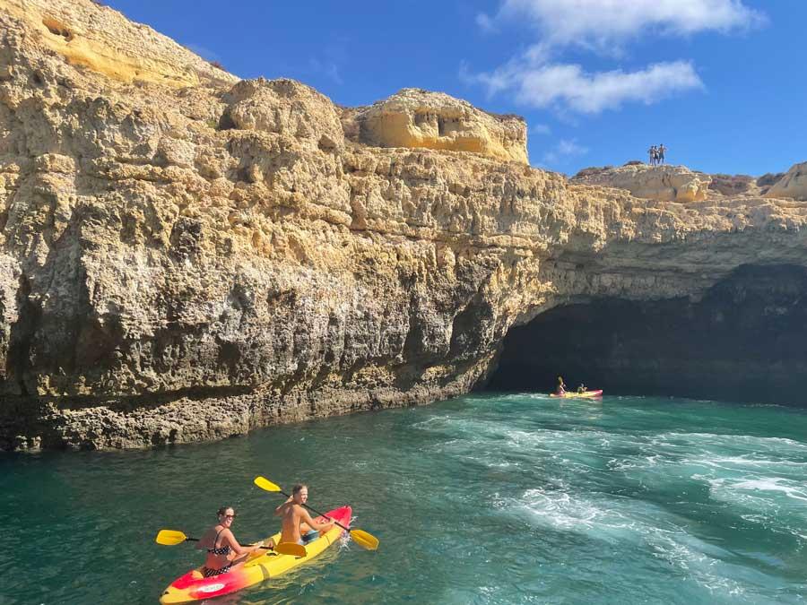 Kayak en las cuevas de Benagil.