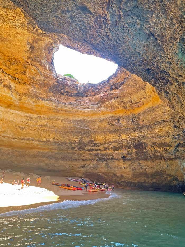 Interior de las cuevas de Benagil.