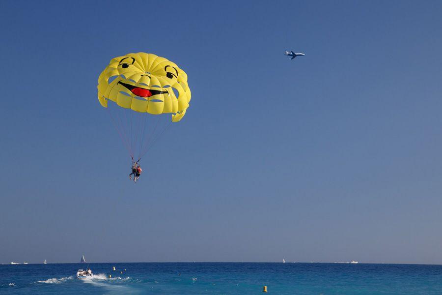 El parasailing es una de las actividades de aventura que se pueden realizar en el Algarve.