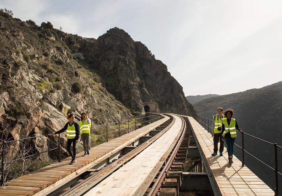 senderos por la via del tren camino de hierro